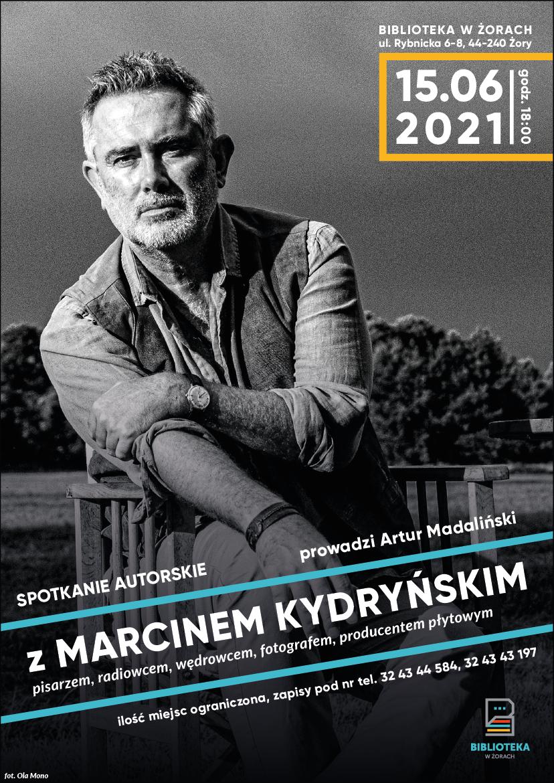 Plakat ze zdjęciem mężczyzny w średnim wieku reklamujący spotkanie z Marcinem Kydryńskim.