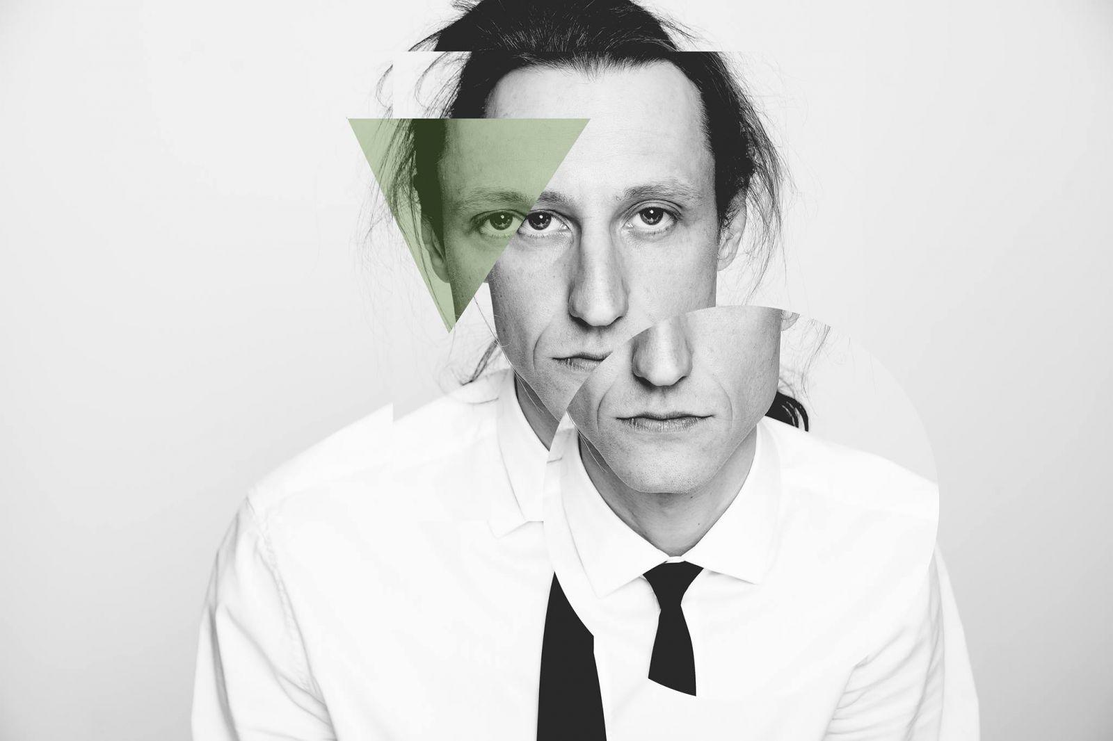 Nakładające się na siebie, czarno-białe zdjęcia twarzy mężczyzny w długich włosach, koszuli i krawacie