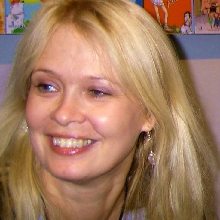 Fotografia portretowa Beata Ostrowicka: szeroko uśmiechnieta blondynka w długich włosach.