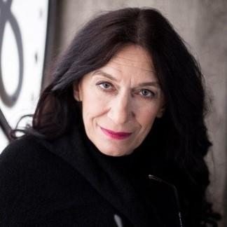 Fotografia portretowa Katarzyny Ryrych: uśmiechnieta kobieta w długich włosach.
