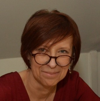 Fotografia portretowa Małgorzaty Strękowskiej-Zaremba: uśmiechnieta kobieta w okularach i krótko ściętych włosach.