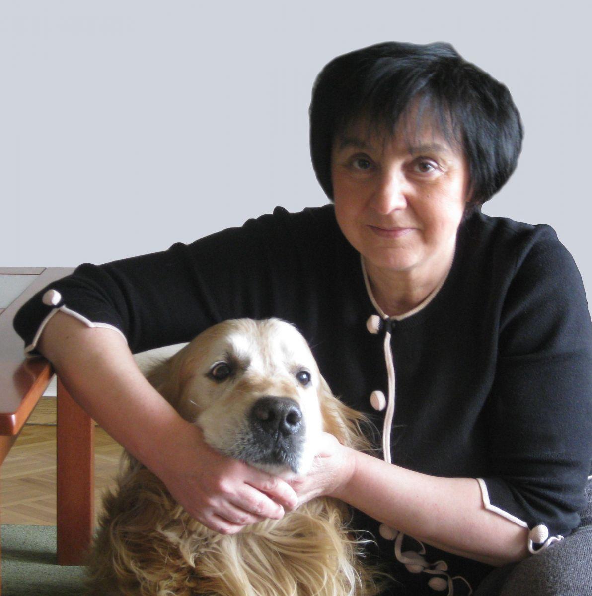 Fotografia portretowa Renata Piątkowska: uśmiechnieta kobieta w krótko ściętych włosach, trzyma obok siebie psa.